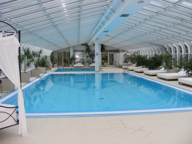 Les piscines en b ton europool inviter luxe votre jardin for Piscine cascade toboggan
